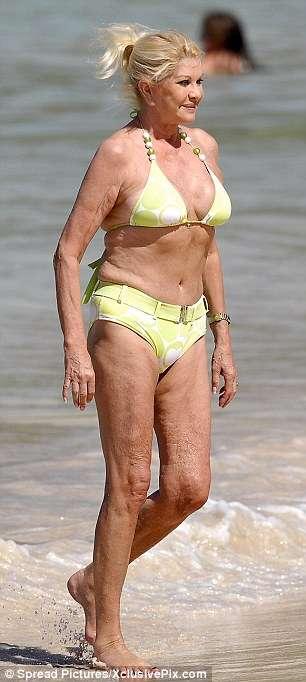 プールや海でのママの水着