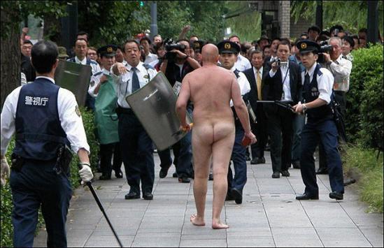 コンビニに現れた全裸男、目撃者の証言 「おもむろにジュースを…」
