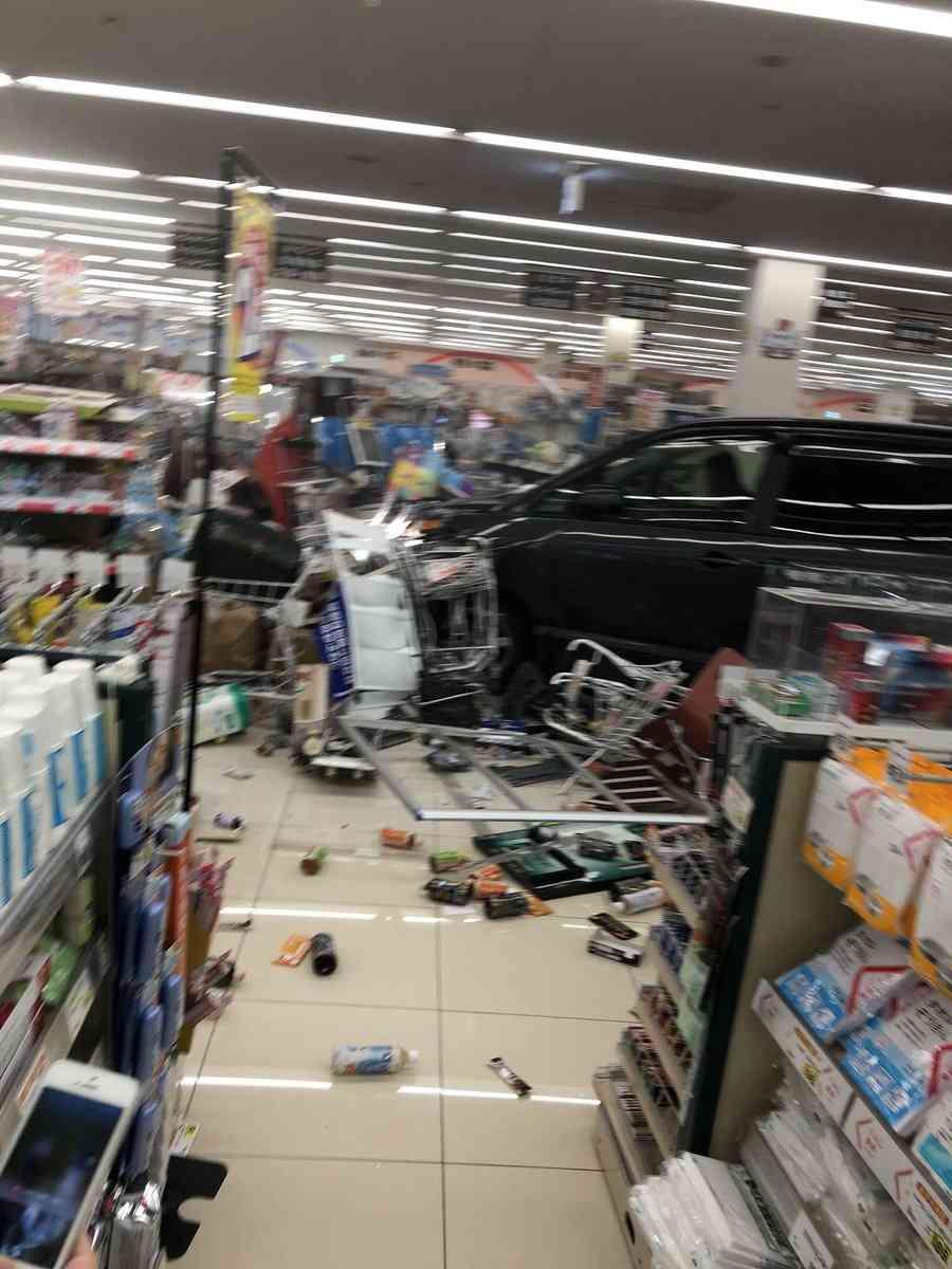 スーパーに車突っ込み15人けが うち1人重体 群馬 渋川