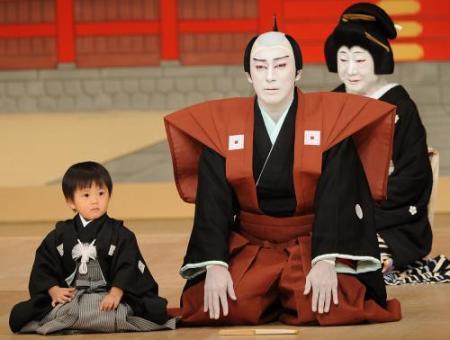 「素敵な笑顔の家族写真」 中村獅童、息子と妻とのほっこり3ショットに「やっぱりパパそっくり」の声も