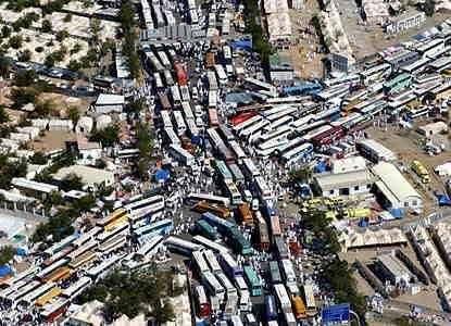 お盆の渋滞対策、高速道路料金の割引日変更し交通量分散へ
