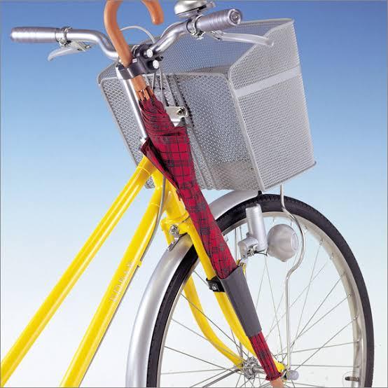 自転車転倒、女性が抱えていた1歳児死亡 傘が原因か