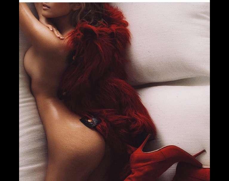 ローラ、胸元大胆披露のセクシーショット 美しさの秘訣に迫る