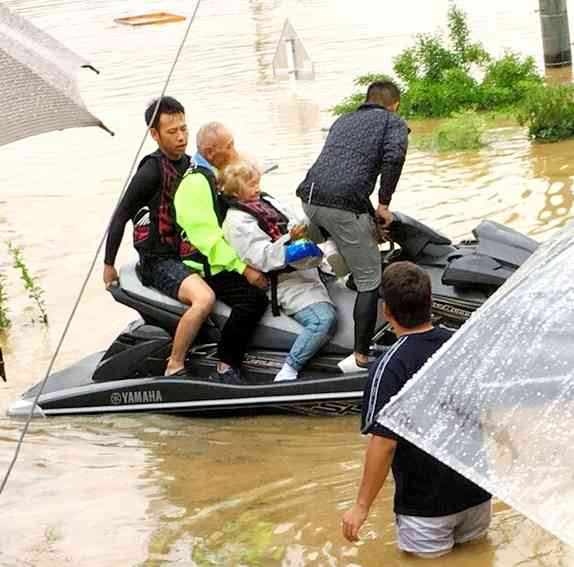 水上バイクで来たヒーロー 15時間かけ120人救う