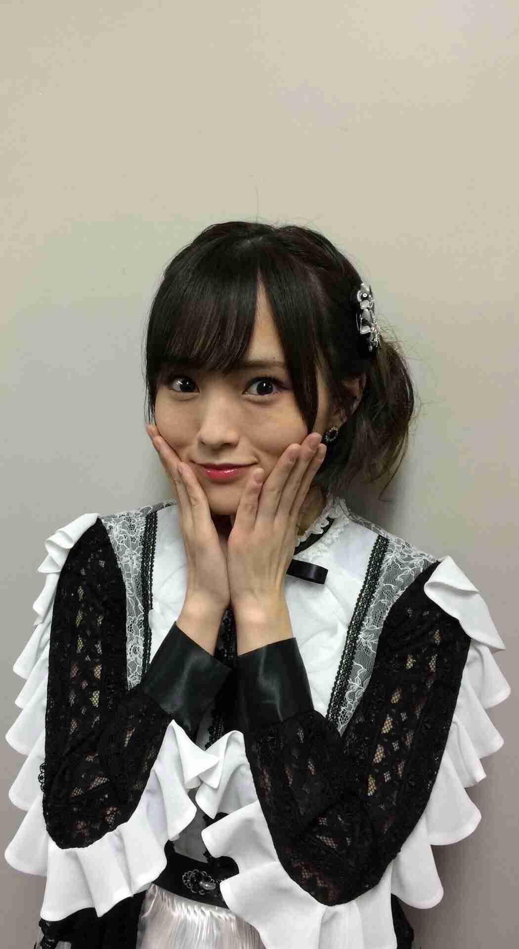 NMB48山本彩、ミニスカートで色白美脚披露「スタイル良い」と絶賛の声