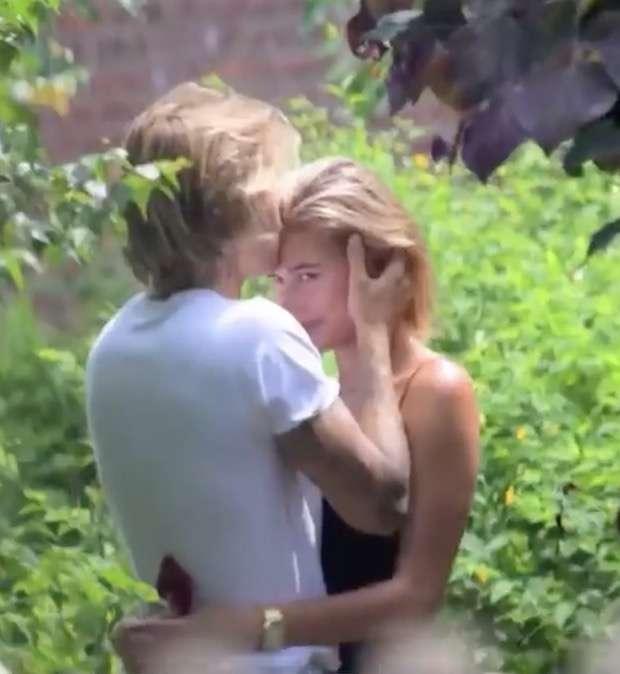 婚約発表のジャスティン・ビーバー&ヘイリー・ボールドウィン、熱烈キスショット公開