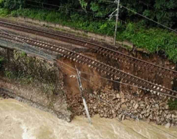 西日本豪雨:広島県呉市、23万人孤立状態 交通寸断「何もこん」
