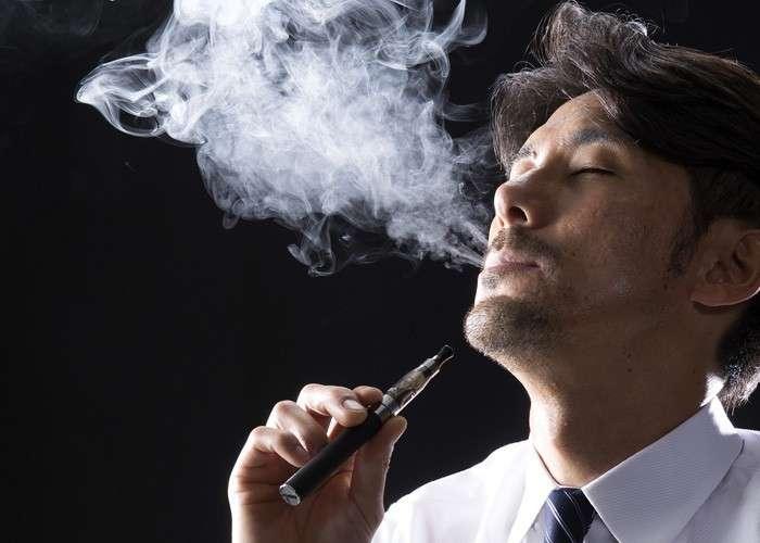 電子タバコを吸っている人