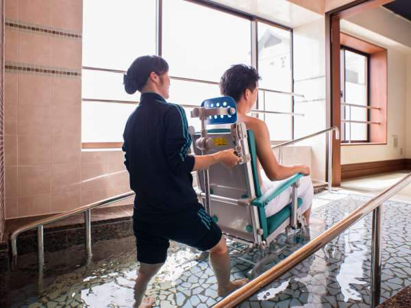 「車椅子ごと大浴場に入りたい」入浴施設での利用どこまで? 線引き難しく