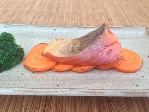 園山真希絵の新作料理「にんじんに鮭をのっけただけ」をご覧ください