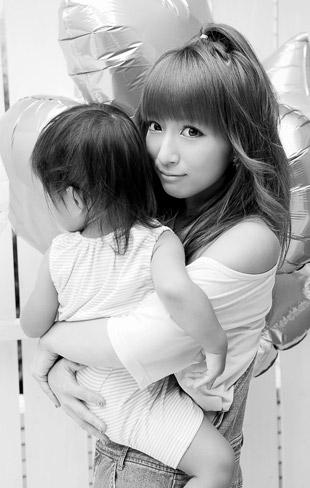 """辻希美、""""いい夫婦の日""""に夫・杉浦太陽とのキス写真を公開「大好きだよっ」"""