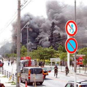 【衝撃】沖縄県の大学内に米軍のヘリが墜落炎上 日本で報道されない事実 - NAVER まとめ