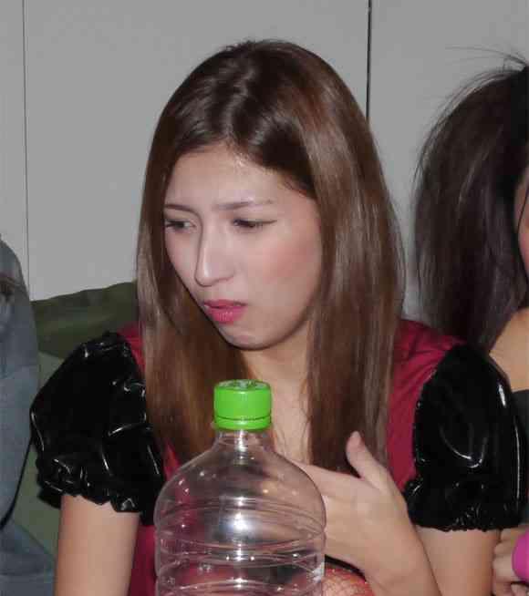 【トンスル】韓国のウンコ酒を美女5人に飲ませてみた / 女子「ワインのような上質な味がする」→ 記者「ウンコ入ってますよ」→女子「糞まずオエーッ!!」   ロケットニュース24