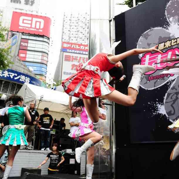 ももいろクローバーZ、FNS歌謡祭での暴挙は「ゴールデンボンバー」への対抗心から…待遇に不満を持ったマネージャーが指示