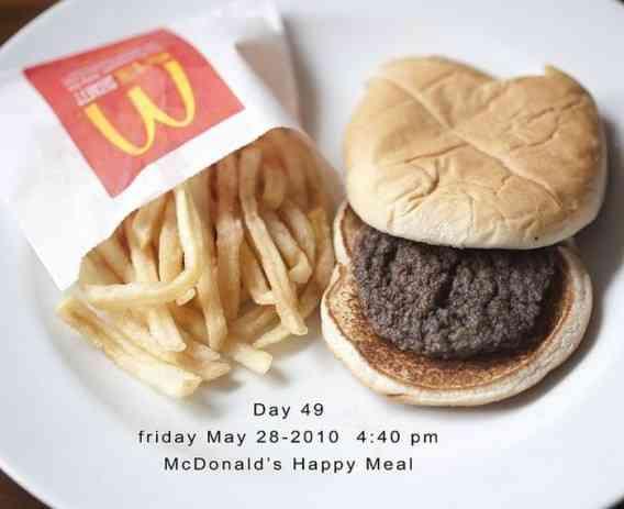 979日放置されたマクドナルドのハンバーガーとポテトをご覧ください