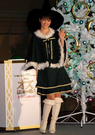 剛力彩芽さんの魔女風サンタ姿をご覧ください
