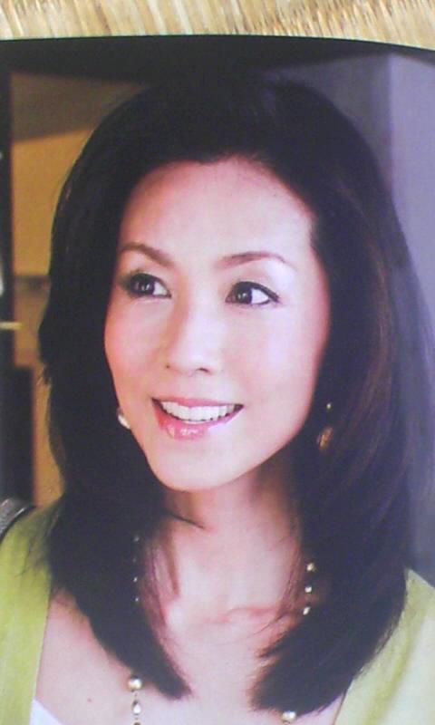 「奇跡のオーバー50」モデルの娘がライバル視するほどの美貌を持つ、56歳女性経営者www
