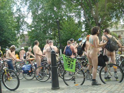 男性ヌードを250人が裸で鑑賞、ウィーンの美術館で