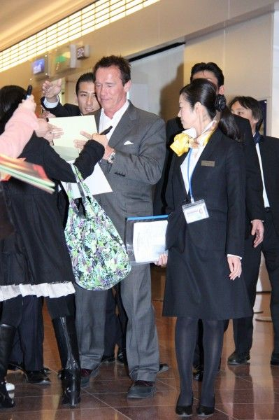 シュワちゃん、プライベートジェットで羽田空港に降臨!10年ぶりの来日にファン300人のサイン攻め - シネマトゥデイ