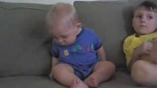 爆笑 睡魔と闘う赤ちゃん - YouTube