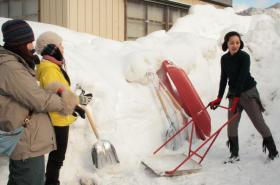 河北新報 東北のニュース/雪かきで秋田美人に 首都圏の女性、横手を体験ツアー