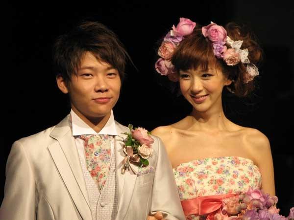 騎手の三浦皇成、自身の誕生日パーティーで妻・ほしのあきではない女性と密着