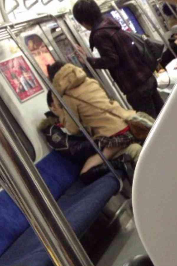 電車内にとんでもないカップルがいると話題に