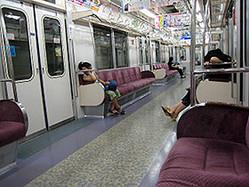 電車内の過ごし方で性格が分かる!
