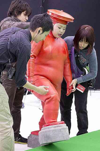 """「Fit's」のCMで佐藤健と佐々木希が""""後ろ前""""逆の衣装でふにゃんダンスを披露!"""