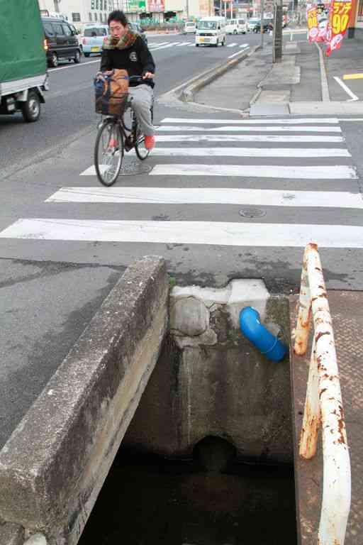 広島県、横断歩道の先に「落とし穴」