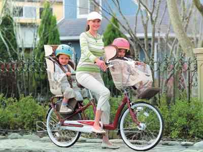 自転車の前後に子供乗せる→転倒→投げ出された子供がトラックに潰され死亡