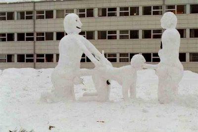 【下ネタ注意】高校生が作った雪像を見てご近所激怒し通報されるwww