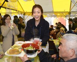 チェ・ジウ、福島市の仮設住宅を訪問しエプロン姿で韓国料理をふるまう
