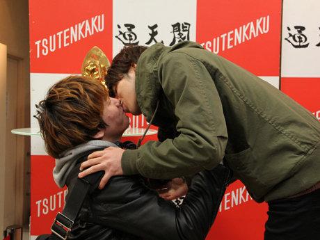 通天閣でバレンタイン企画、カップルのキスで入場料半額に!→男性同士でキスする4人組もww