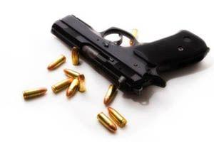 米警察官が犯人と間違えて一般市民に銃を乱射。約30発撃たれるも助かる