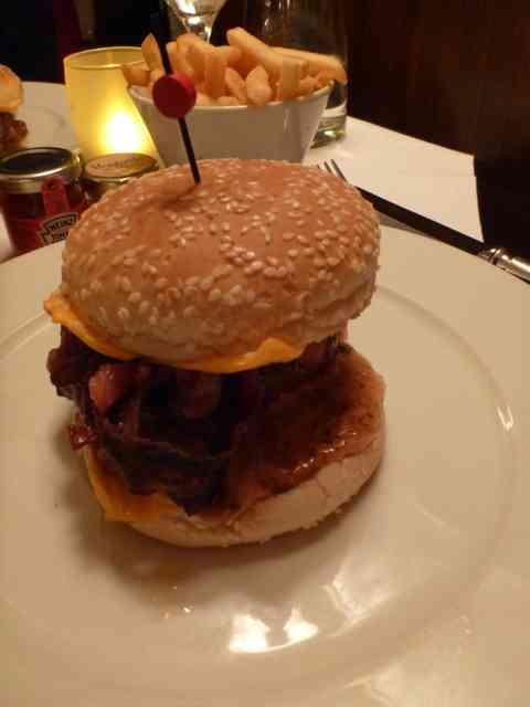 フランスではハンバーガーのパテは半生が当たり前!「そもそもハンバーグは生で」
