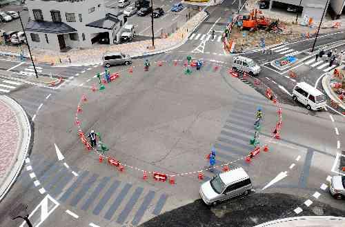 日本初の信号なし五差路交差点『ラウンドアバウト』がすごいwww