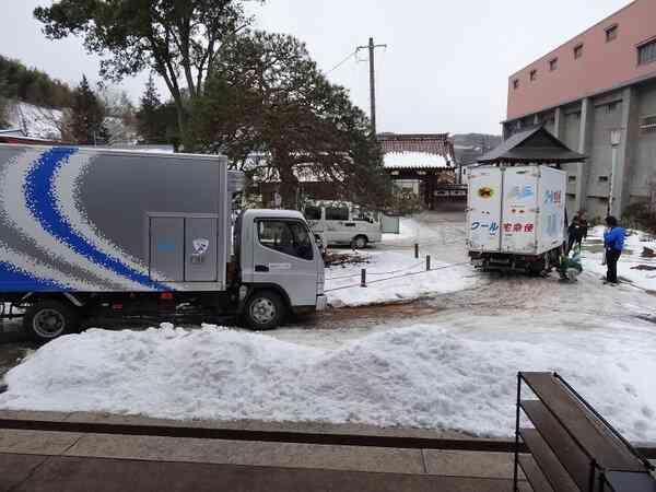 境内でハマってしまった佐川急便を助けるヤマト運輸と日本郵便が話題に