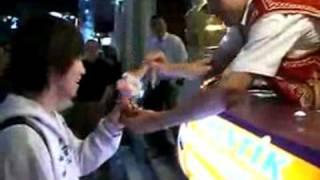 日本人をおちょくって遊ぶトルコアイスの店員 - YouTube