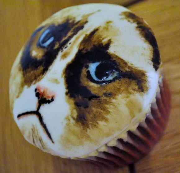 存在感ありすぎっ! ものすごい威圧感を発揮しているカップケーキを見つけたぁーっ!
