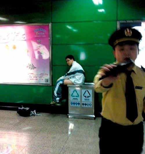 トイレまでもたない!地下鉄ホームのゴミ箱に大便!中国人「理解できる」