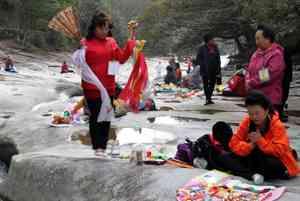対馬を訪れた韓国人祈祷師200人、無許可で公園を使用し騒動に市の注意を無視して日没まで踊り続ける