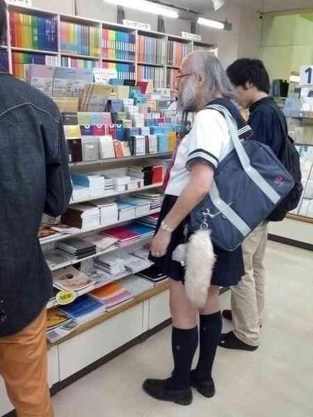 女子高生の制服を着たおじいちゃんがモテモテすぎwww
