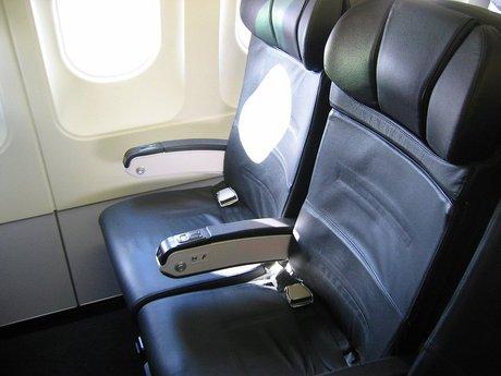 飛行機で隣に美女、好印象キープのためトイレを我慢した男性が倒れる