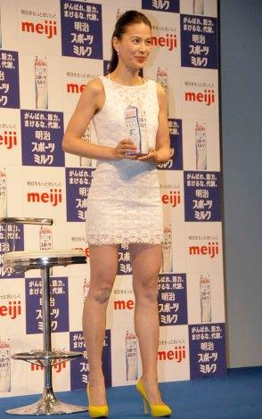江角マキコ(46)、白のミニスカで美脚披露!