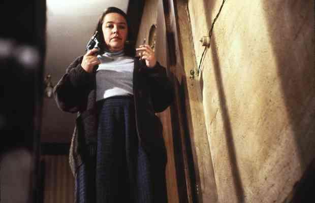 「氷室京介の家に火つけた」無職女が自首、放火容疑で逮捕