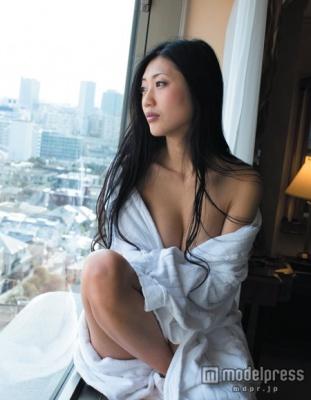 壇蜜、胸元あらわな大胆ショット公開 ホテルで恍惚な表情 - モデルプレス