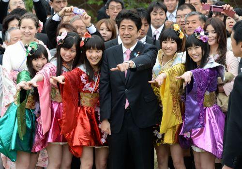 <桜を見る会>安倍晋三首相、上機嫌…ももいろクローバーZとポーズ