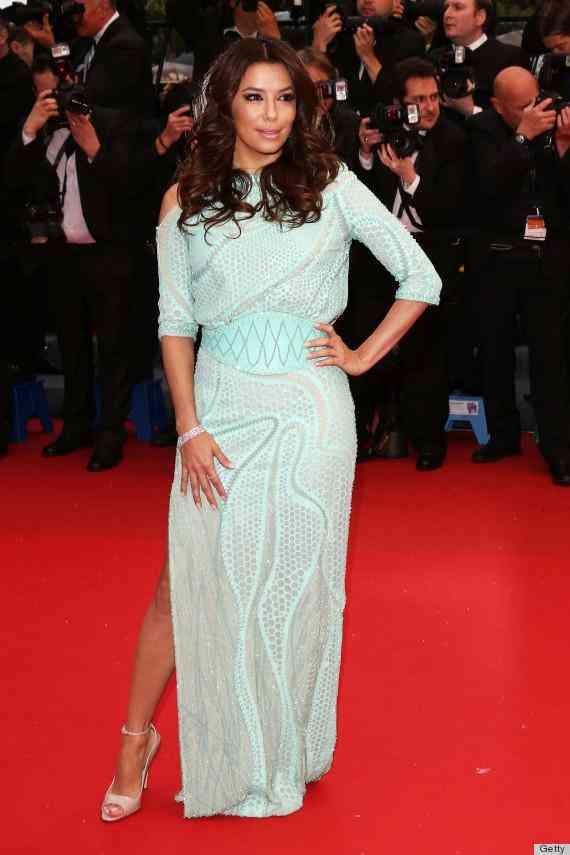 セクシードレスのエヴァ・ロンゴリア、下着なしで下半身が露に
