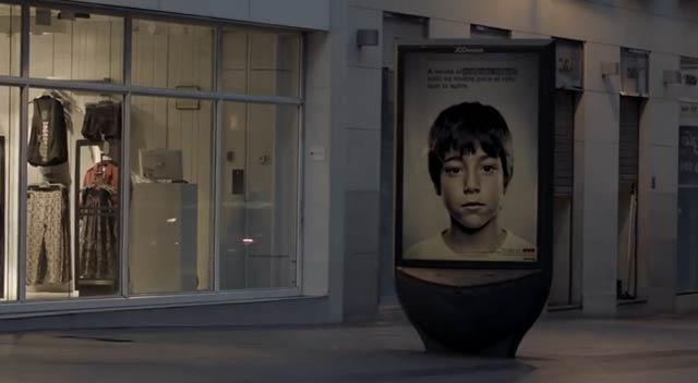 あなたには見えますか? 子供の目にしか見えない児童虐待反対を訴える広告(動画) : ギズモード・ジャパン